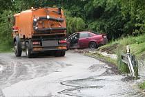 Ze silnice od Velké na sedlčanský tah se valila voda s kamením. Správa a údržba silnic Benešov zprůjezdňuje komunikace.