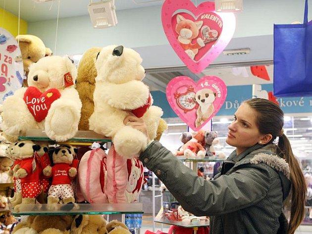 Obchody hýří valentýnskou výzdobou.