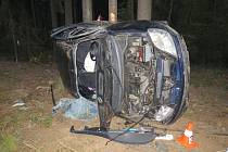 Milín, smyk v zatáčce, řidič 1,02 promile alkoholu, lehké zranění.