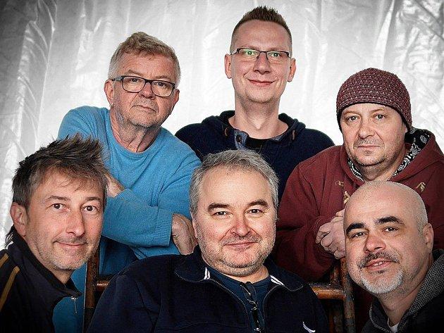 Kapelu, která vznikla již před více než třiceti lety, tvoří kromě Fialy kytaristé Martin Knor a Jaromír Mikel, baskytarista Petr Nekuža, bubeník Marcel Gabriel a saxofonista Jirka Tibitanzl.