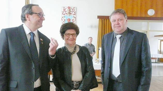 S VELVYSLANKYNÍ Polska Grazynou Bernatowicz se pozdravil starosta Petrovic a místopředseda sdružení Petr Štěpánek. Na snímku jsou spolu se starostou oblasti Wagrowiec (vlevo) Michalem Piechockim.
