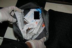 Kriminalisté zadrželi pět osob ve věku 26 až 46 let, z toho jednu ženu.