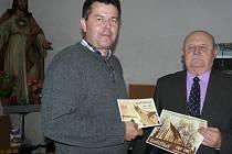 CERTIFIKÁTY, které ukazuje Ladislav Jelen (vlevo) a Bedřich Němeček, bylo možné zakoupit při Noci kostelů a zájemci je mohou získat nejen v kostele v Sedlčanech, ale také například v Kosově Hoře, v Dublovicích, v Počepicích, v Chlumu, v  Jesenici...
