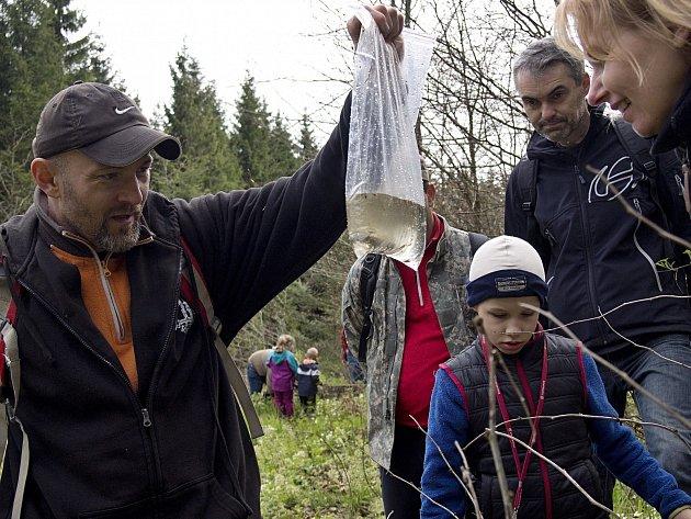 Zoolog David Fischer (vlevo) při exkurzi do CHKO Brdy ukazoval lidem obojživelníky.