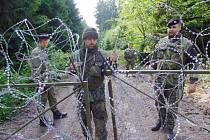 Kóta 718 je od té doby, co odsud vojenská policie vyhnala aktivisty z Greenpeace, obehnána žiletkovým plotem. Trvale ji ale vojáci nehlídají jako kdysi, jen provádí kontroly. Náš snímek je z doby, kdy na kótě byli vojenští policisté každý den i noc.
