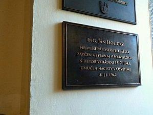 Autoři knihu doplnili i o ty nejnovější pamětní desky, jako například o tu, kterou v Příbrami loni v listopadu odhalili v budově radnice Janu Holickému..
