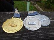 KAPITÁN Tomáš Kafka nám po návratu z Francie ukázal medaile a dračí hlavu, která zdobí příď lodě. Takové medailové žně posádka z Příbramska rozhodně nečekala.