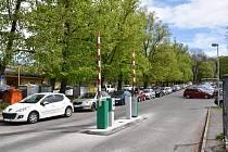 Parkoviště pod hřbitovem v ulici Gen. R. Tesaříka bylo posledním neplaceným parkovištěm v centru města.