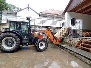 NA PROPLETENEC, který bude zdobit park v Krásné Hoře, dohlíží autor dřevěného objektu Jan Holub. Traktor řídí starosta Štěpánek.
