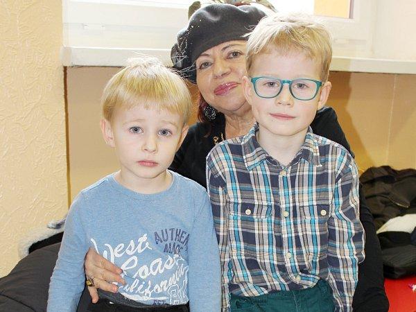 KZÁPISU do základní školy vulici Bratří Čapků vPříbrami se vsobotu srodiči a babičkami dostavil také Matýsek (vpravo) vdoprovodu brášky Jakuba.