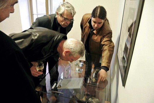 Geolog Hornického muzea Příbram Pavel Škácha představuje svůj objev minerálů příbramit a bytízit účastníkům Hornického sympozia.
