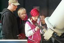 NĚKTEŘÍ návštěvníci hvězdárny se pokusili pořídit u dalekohledu vlastní snímek.