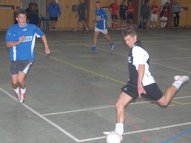 Halový turnaj MFK Dobříš. Zápas MFK Dobříš A - Rosovice. Gól domácích střílí Martin Liška.