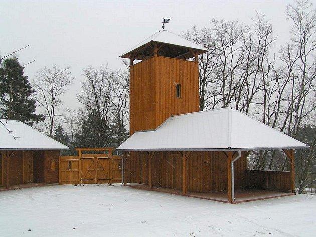 Nové dřevostavby u vstupu do hradu.