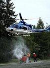 Vrtulník přiletěl pro vodu na letiště.