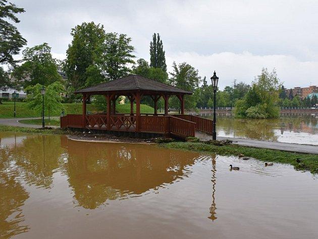 Stav na Příbramském potoce (nádrž Hořejší Obora) v 9 hodin 25. května.