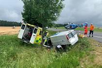 Dopravní nehoda sanity na hlavním silničním tahu I/4 poblíž křižovatky sodbočkami na Buk a Jerusalem.