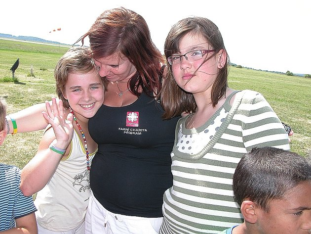 Charita Příbram s dětmi na letišti v Dlouhé Lhotě.