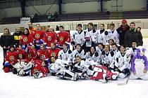 Společné foto hokejistek po utkání Stračenky Sedlčany - Kobra Praha (2:4).