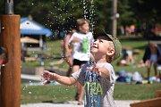 Jak je vidět z přiložených fotografií, léta, vody a krásného počasí si užívají zejména děti.