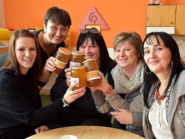 Ředitelky příbramských předškolních zařízení se sladkým dárkem od včelařů.
