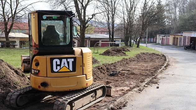 V některých lokalitách města se budují nová parkovací místa.
