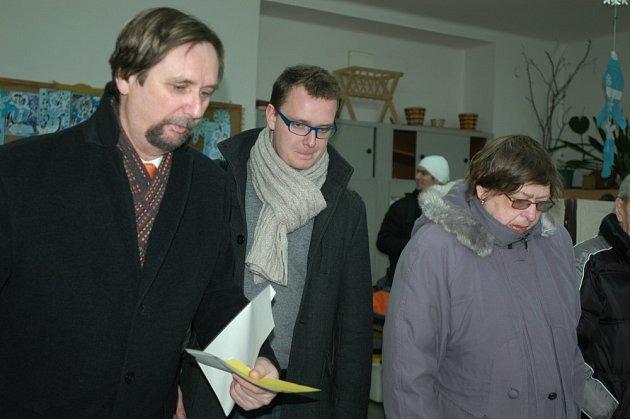 Prezidentské volby v Příbrami, 1. kolo. Starosta Příbrami Pavel Pikrt se synem u voleb.