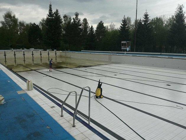 Čístění příbramského bazénu.