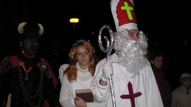 Předvečer svátku svatého Mikuláše v ulicích Rožmitálu.