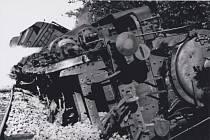 Vykolejená lokomotiva na železniční trati u Dobříše.