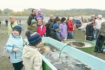 KÁDĚ umístěné na vypuštěném dnu rybníka obstoupily především děti.