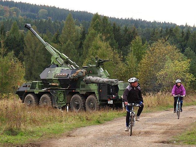 Při ostrých střelbách se přímo u houfnic objevili cyklisté nerespektující zákaz.