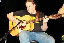 Příbramský huntík Zdeňka Hejkrlíka v malém příbramském divadle slavil dvacetiny. Kytarista Jirka Vidimský na Huntíku vyrůstal.