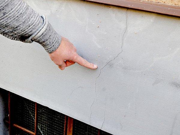 Popraskané zdi a vlhkost domů -  to jsou podle několika obyvatelů Mariánské ulice vPříbrami následky nedávné rozsáhlé a nákladné rekonstrukce.
