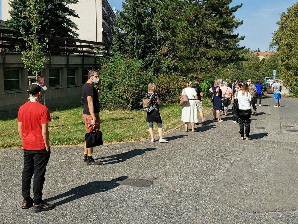 Odběrové centrum v II. nemocničním areálu na Zdaboři v Příbrami. Lidé čekají na odběry i několik hodin.