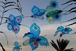 Tvorba Veroniky Richterové - plastika z pet lahví: motýli morfa.