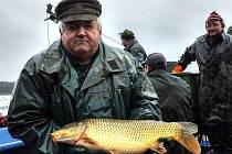 Rybáři lovili Hořejší padrťský rybník ve vojenských Brdech.