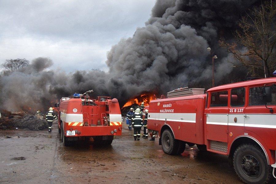 Požár v areálu kovošrotu v Sedlčanech.