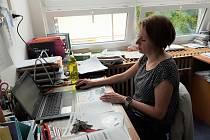 Učitelka Gymnázia pod Svatou Horou v Příbrami při online výuce v době nouzového stavu.