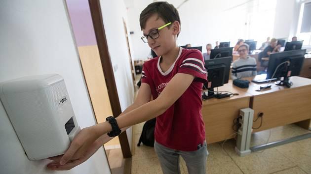 Školy dostanou dezinfekci darem od kraje darem. Celkem za dvě stě tisíc korun