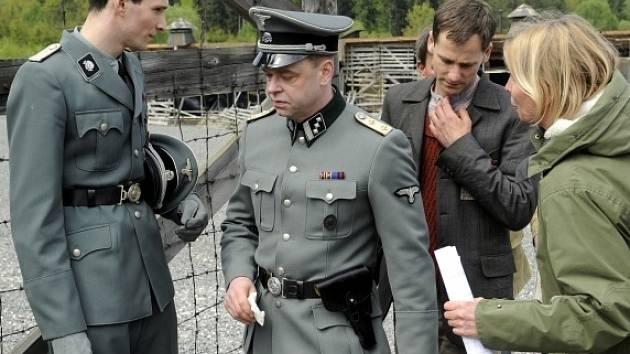 Památník Vojna na Příbramsku, který v minulosti sloužil jako vězeňské zařízení pro odpůrce komunistického režimu, se v těchto dnech proměnil v koncentrační tábor Buchenwald. Filmaři v něm natáčejí nové zpracování německého románu Nahý mezi vlky
