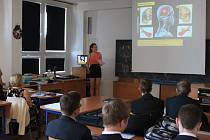Na téma Mozek hovořila včera před spolužáky, učiteli i místostarostou Žďáru žákyně 9.D ZŠ Švermova Irena Šustrová. Všichni byli slavnostně oblečeni.