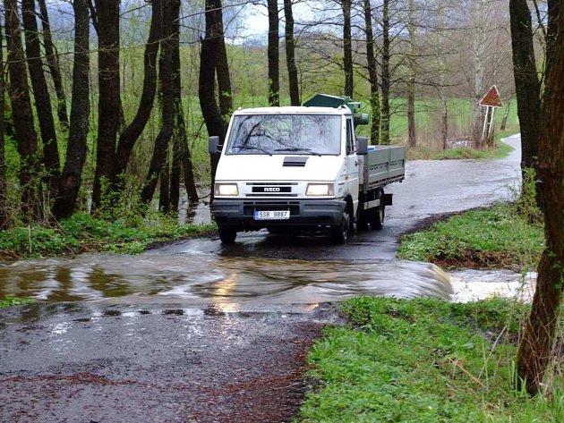Rozvodněný potok po dešti. Ilustrační foto.