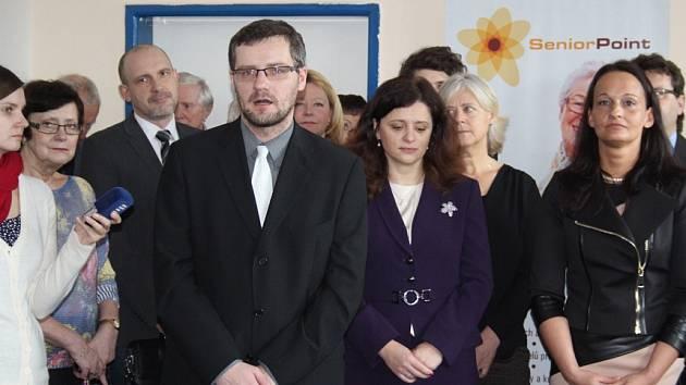 Zleva: Lukáš Vaculík, ředitel projektu Senior Point; Jaroslava Jermanová, 1. místopředsedkyně Poslanecké sněmovny Parlamentu ČR a Alena Ženíšková, místostarostka města Příbrami.
