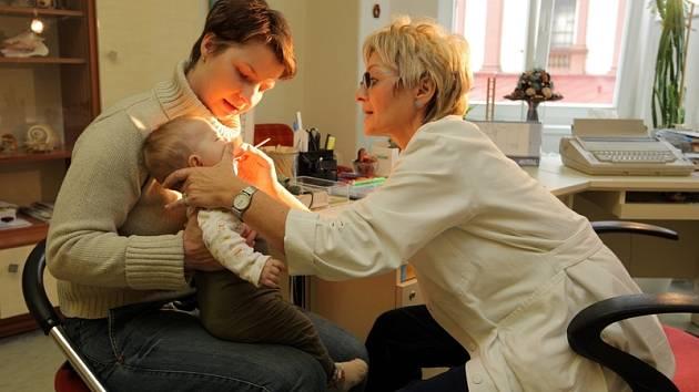 Černý kašel ohrožuje především děti, u neočkovaných novorozeňat a kojenců může mít rizikovější průběh.