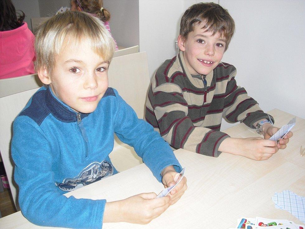 Bráchové Matyáš a Tadeáš při turnaji v prší.