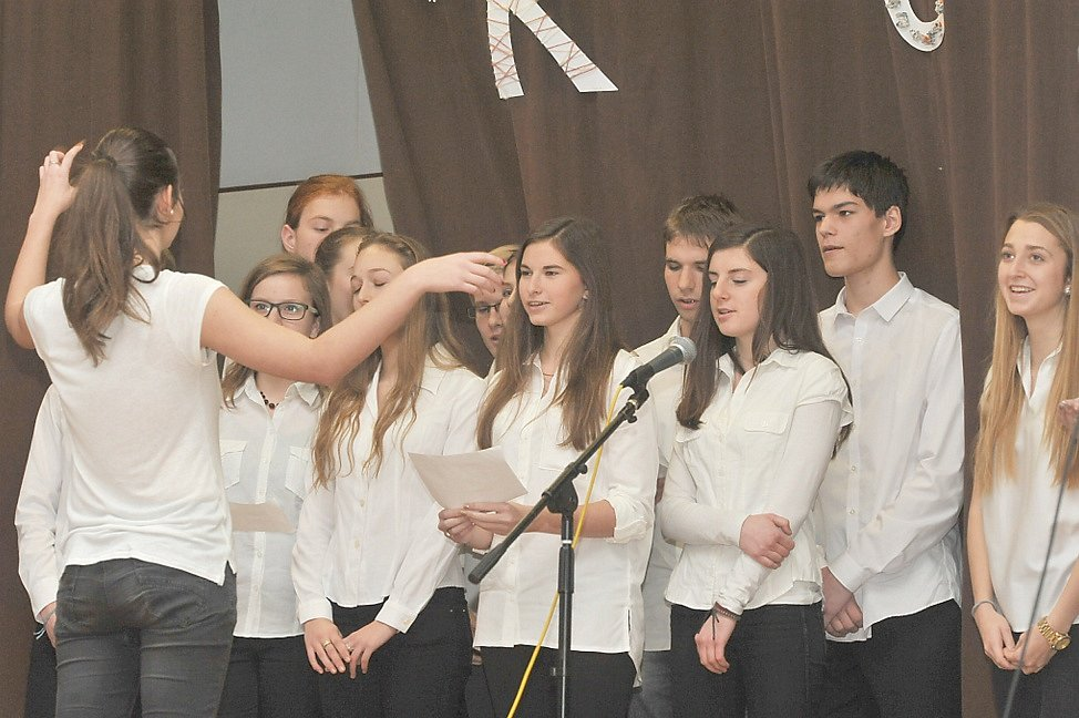 Tradiční školní akademií se s rokem 2015 rozloučili studenti a profesoři Gymnázia Karla Čapka v Dobříši.