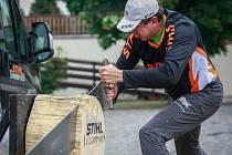 Sportovní dřevorubec Martin Komárek.