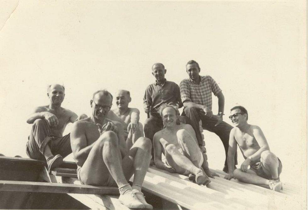 Brigádníci. Fotografie party dobrovolníků z řad samotných fotbalistů, kteří si podíleli budování kabin na stadionu V Lipkách, kam se oddíl přestěhoval v roce 1958 a hraje zde dodnes.