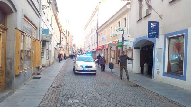 Policie zasahuje v bance na náměstí v Příbrami